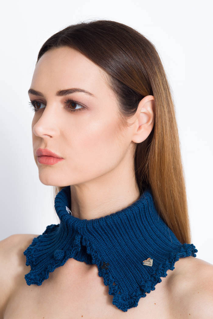 scaldacollo apribile che diventa un collo per maglie color blu in lana