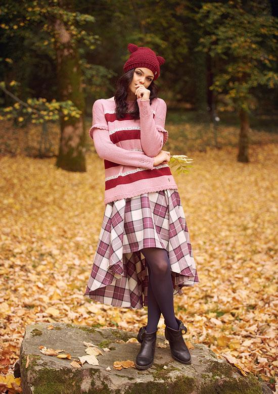 maglione mohair righe rosa e bordeaux gonna scozzese lana lunga cappello con orecchie da gatto made in italy boho chic